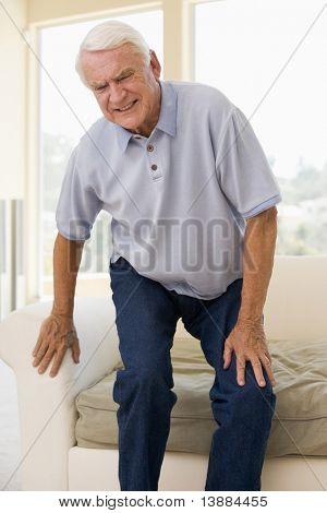 Alter Mann versucht, sich hinzusetzen