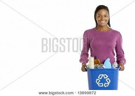 Femme portant le bac de recyclage