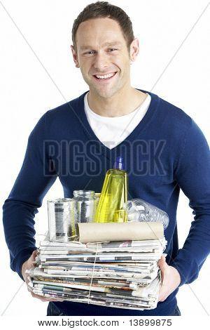 Homme transportant la pile du recyclage
