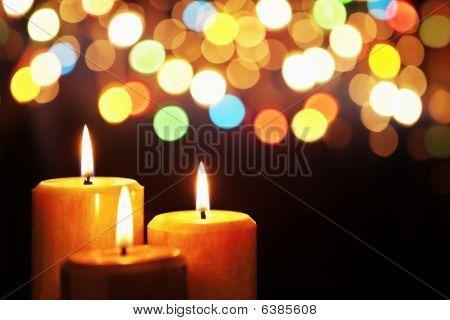 Weihnachtskerze mit unscharfes Licht
