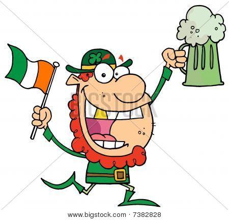 Duende contento con un diente de oro, con cerveza verde y una bandera irlandesa