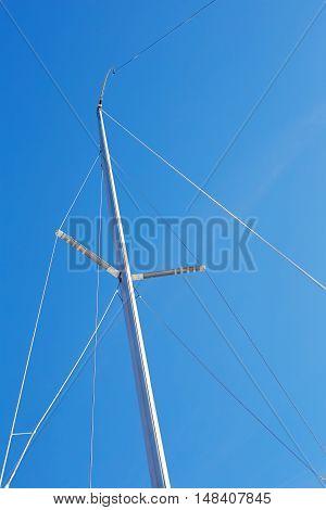 Preparation of the mainsail halyard before tying mainsail