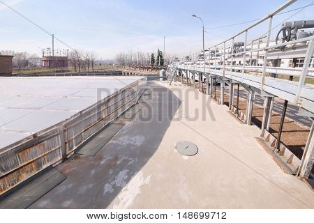 Receiving chamber, closed glass, water comes here straight from sewer
