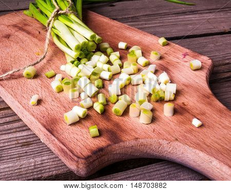onion, closeup, bundle, vegetarian, table, natural, vegan, kitchen, agriculture, green, white, spring, curly, brown, organic, culture, clean, vegetable, wood, healthy, young, twig, garnish, garden, cut, color, plant, leek, cook, cuisine, herb, groceries,