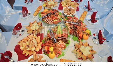 picture of a well decorated catering banquet table