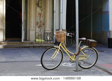 Lone bike with a basket on the street