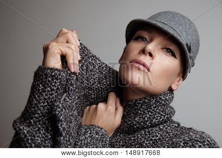 Woman Muffle Wrap Oneself In Grey Scarf