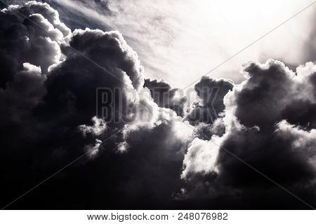 Imponentes Nubes A Contraluz Nos Enseñan Una Bonita Muestra De Alto Contraste Monocromático