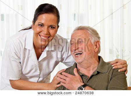 enfermeira no cuidado de idoso idosos