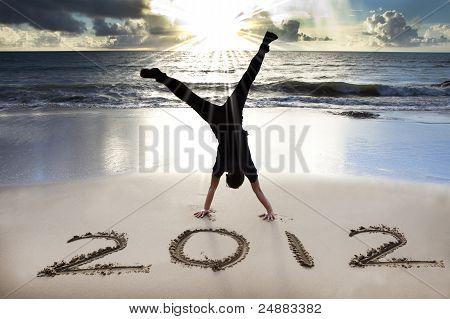 feliz ano novo 2012 na praia com o nascer do sol