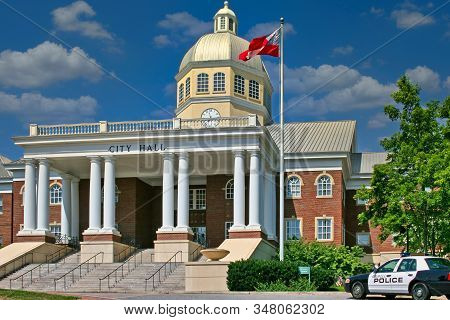 Roswell, Georgia - July 31, 2006: A City Hall Is The Chief Administrative Building Of A City. It Usu