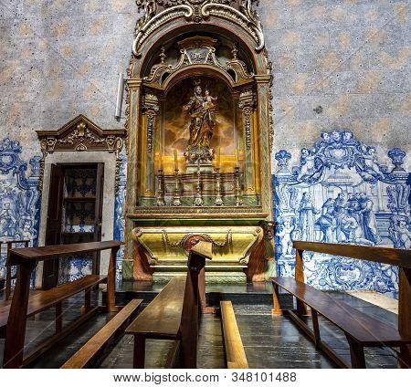 Lisbon - August 28, 2019: Baroque Gilded Statue Of Virgin Mary And Child In Convento De Sao Pedro De