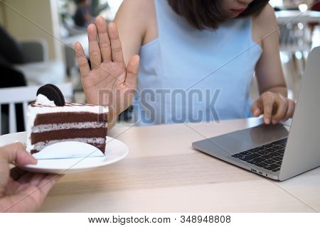 Women Refuse To Eat Cakes While Working With Computers. Do Not Eat Fussy Food During The Day For Goo