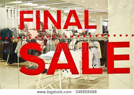 Final Sale Sign.signboard With The Inscription Final Sale In The Fashion Store. Sale, Discounts. Ima