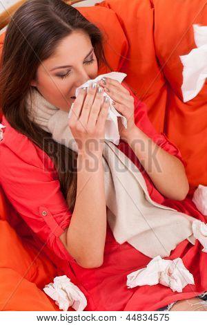 Junge Frau sitzt zu Hause mit kaltem und Rhabarber (Gattung)