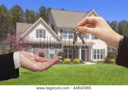Immobilienmakler Übergabe der Haus-Tasten vorne ein schönes neues Zuhause.