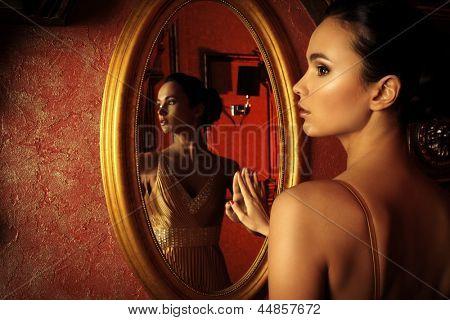 Schöne junge Frau in ein luxuriöses klassische Interieur.