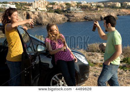 Gruppe der Jugend Alkohol trinken