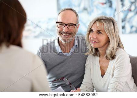 Senior koppel vergadering financieel adviseur voor investeringen