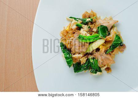 Stir fried ribbon noodle with pork (Pad se ew moo)