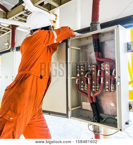 operator preventive maintenance electrical of ground connection , offshore oil and gas industry, offshore oil and rig in the sea, operator monitor production process,