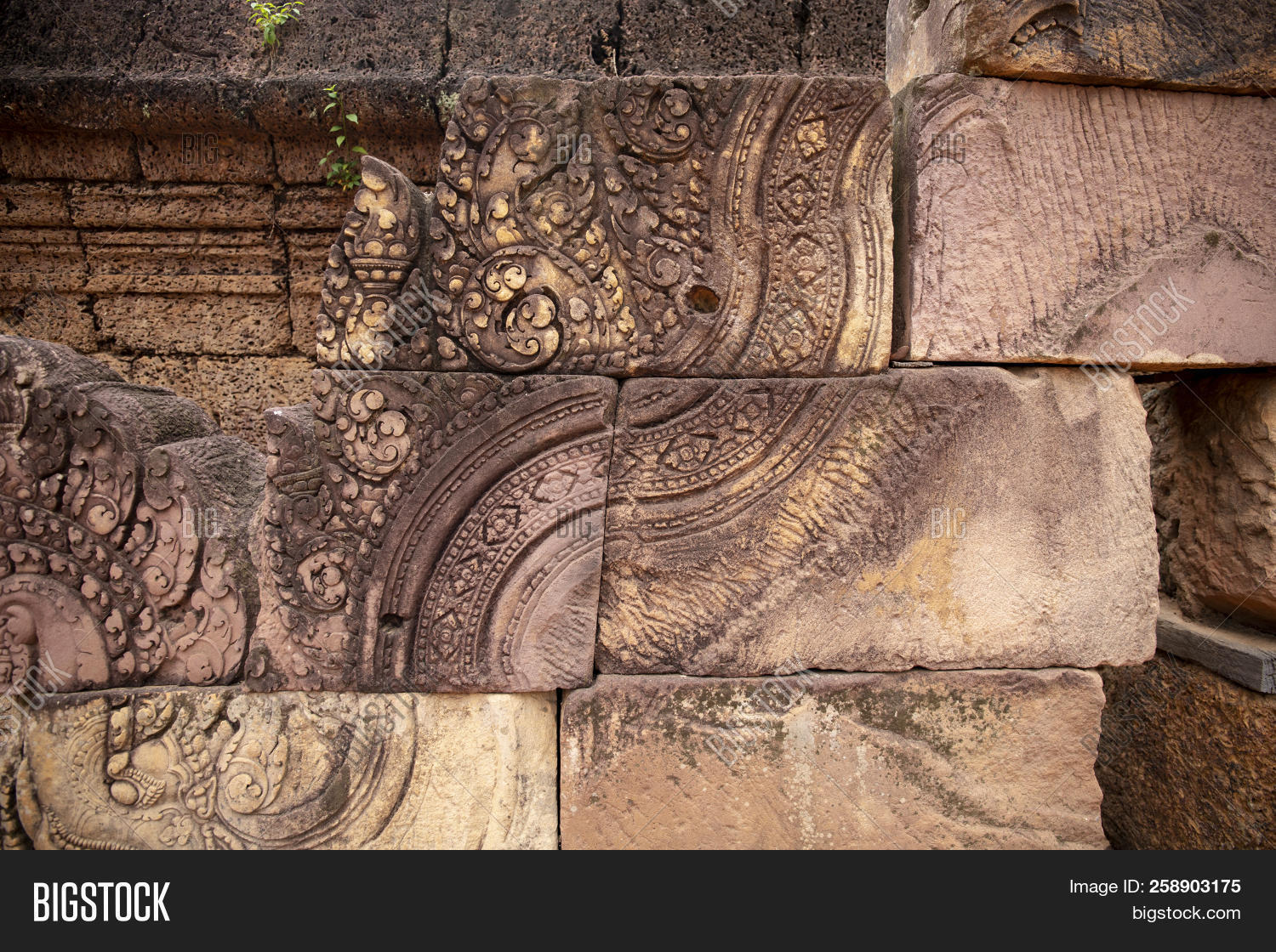 Stone carved bas relief of banteay srei temple in angkor wat