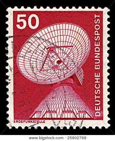 Deutschland ca. 1975: eine Briefmarke gedruckt in Deutschland zeigt Bild von der Bodenstation Raisting ist ein Boden