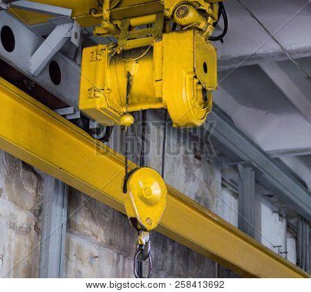 Yellow Production Crane Beam, Production Crane For Lifting Cargo, Close-up