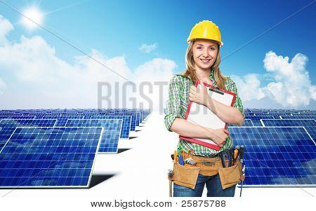 lächelnd Ingenieur und Solar-Panel Hintergrund