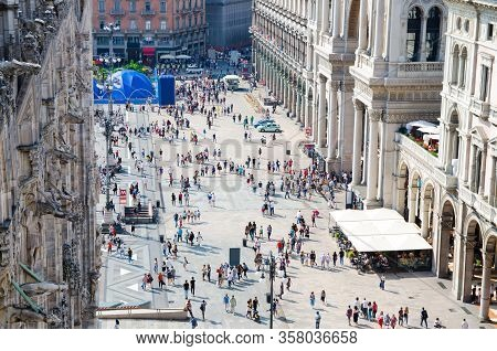 Milan, Italy, September 9, 2018: Crowd Of Small Figures Of Many People Are Walking On Piazza Del Duo