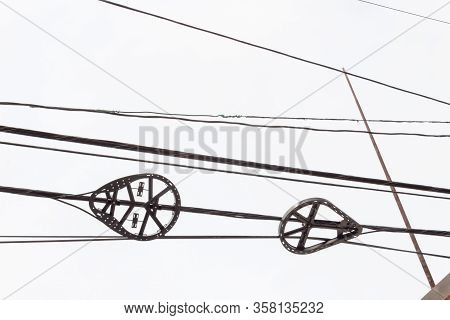Snowshoe Bend Radius Limiter Storage Brackets For Fiber Optics Cables In Overhead Lines Against A Gr