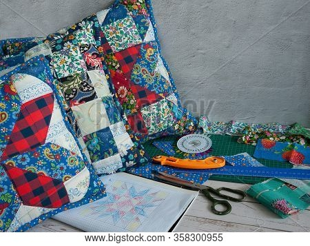 Free Time. I Love Patchwork. A Collection Of Fabrics, Ready-made Patchwork Pillows, Pins, A Roller K