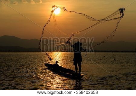 Sowing Nets To Catch Aquatic Animals Fishing Net Is A Tool For Catching Aquatic Animals,beautiful Su