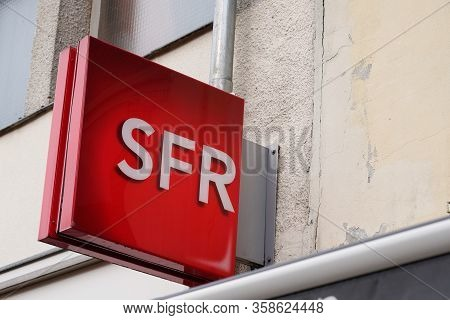 Bordeaux , Aquitaine / France - 02 21 2020 : Sfr Store Logo French Phone Operator Brand Sign Shop Re