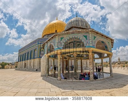 Jerusalem, Israel - May 23, 2016: Women Talking In The Shade Of The Dome Of The Chain On East Side O