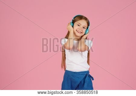 Dancing And Singing. Teenager Listen Music. Recommended Music Based Initial Interest. Free Music App