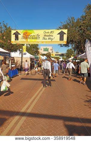 Sarasota, Florida - November 23 2018: Sign, Vendors And Shoppers At The Sarasota Farmers Market In F