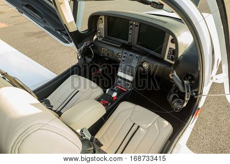 The dashboard sports a small aircraft navigation devices and two large display. Interior single turboprop aircraft cirrus SR22