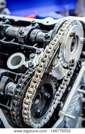 Metal chain timing mechanism for an automobile engine