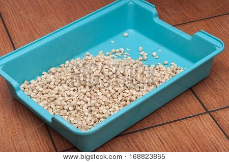 Cat litter box with pine wood chip