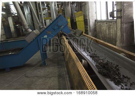 conveyor scraper slag into a large boiler grate