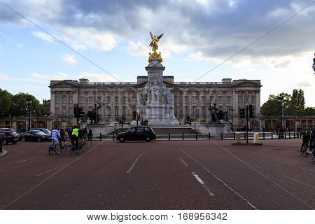 LONDON, GREAT BRITAIN - MAY 9, 2014: This is a monument to Queen Victoria and Buckingham Palace in the evening.