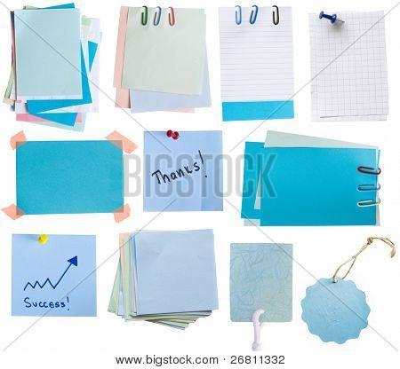 Sammlung von blauem Papier Notizen und tags