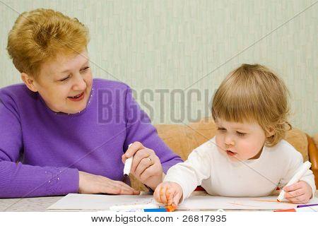 kleine süße Malerei Mädchen mit Oma zu Hause