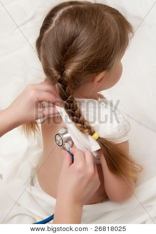 Beluisteren van klein meisje door stethoscoop