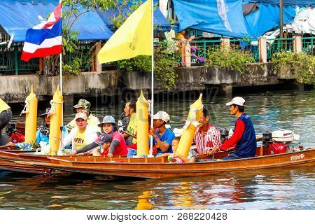 Samutsakorn, Thailand - July 27, Team Parade  People In Boat Traditional Of Candles To Temple At Kat