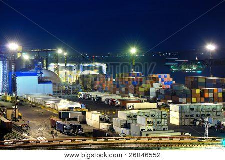 Port-Lager mit Ladung und Container in der Nacht