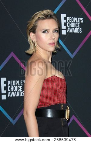 LOS ANGELES - NOV 11:  Scarlett Johansson at the People's Choice Awards 2018 at the Barker Hanger on November 11, 2018 in Santa Monica, CA