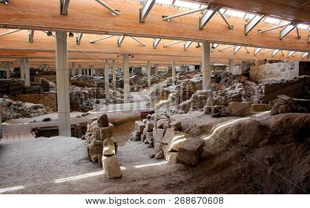 Santorini, Greece -september 12, 2016: Akrotiri Is An Archaeological Site From The Minoan Bronze Age