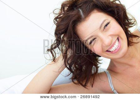 schöne Frau liegen auf dem Sofa und Lachen mit freundlichen Grüßen